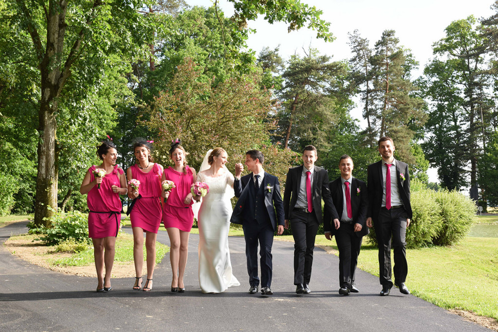 Alignment of the bride and groom surrounded by their bridesmaids and groomsmen