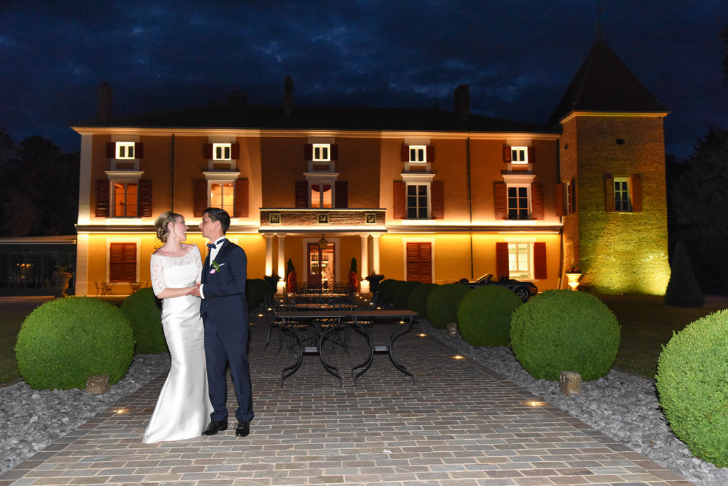 Moment of complicity of the bride and groom in front of the Château d'Epeyssole illuminated by night