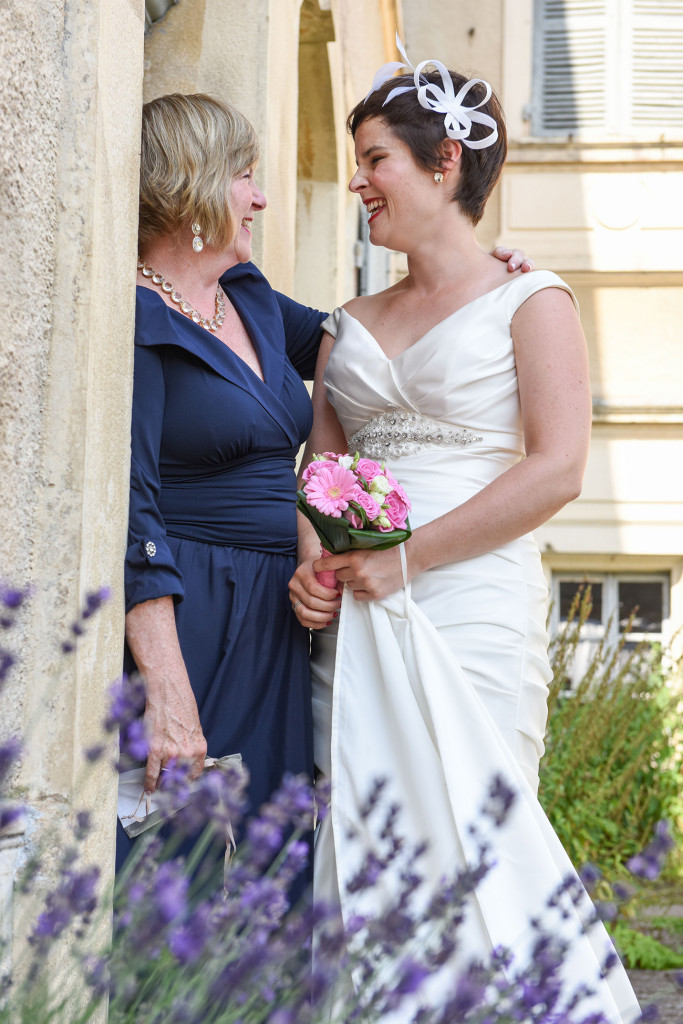 French bride with her mother captured by French Wedding Photographer Anais Chaine