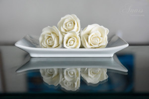 Hand made icing roses for wedding cakes by Taste of Fiji. © Anais Photography.