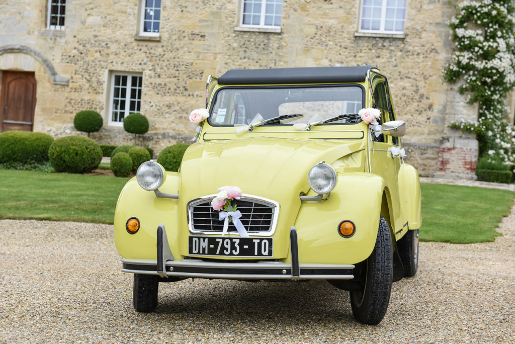 La deudoche : voiture officielle des mariés Official yellow vintage wedding car