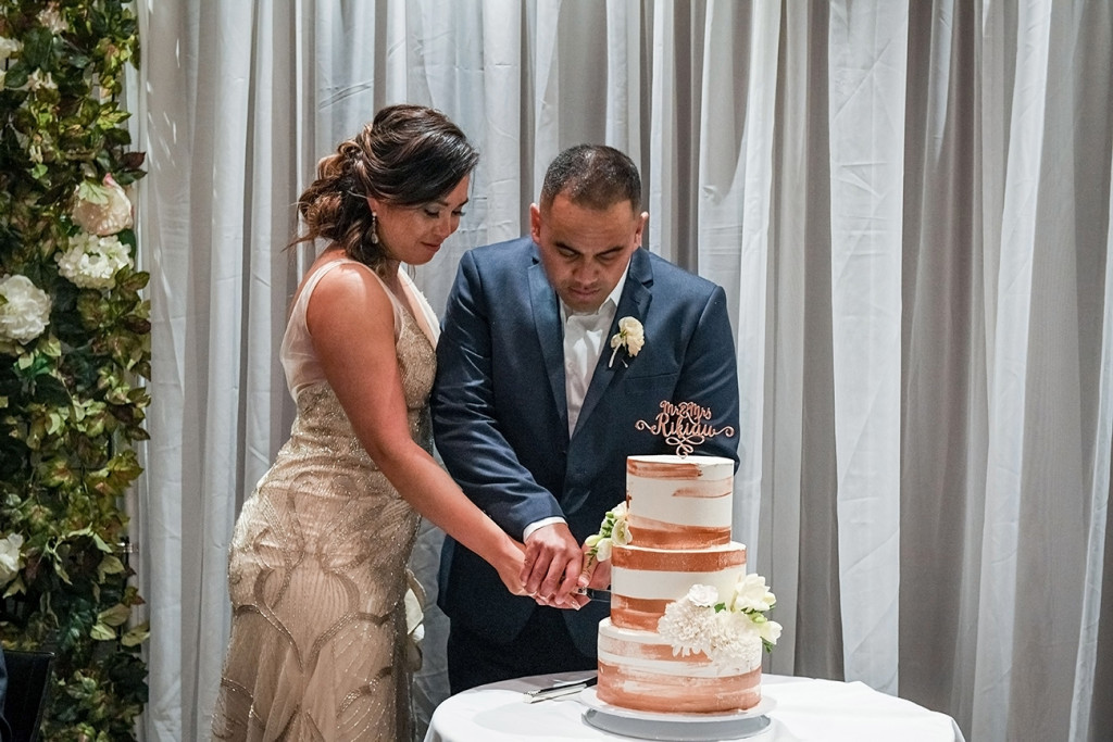 Bride and groom cut cake at the Sofitel Auckland