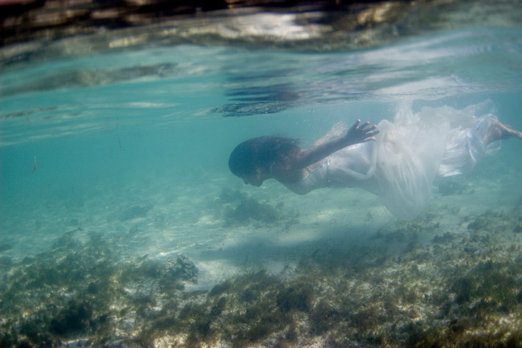 The dazzling mermaid-like bride swims underwater