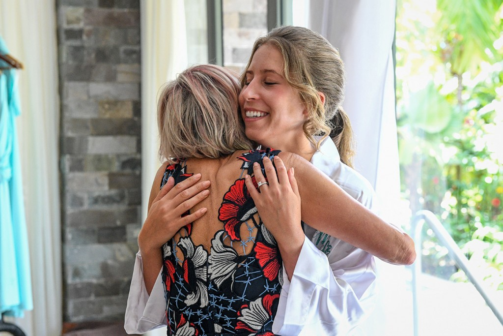The bride embraces her mother just before the ceremony