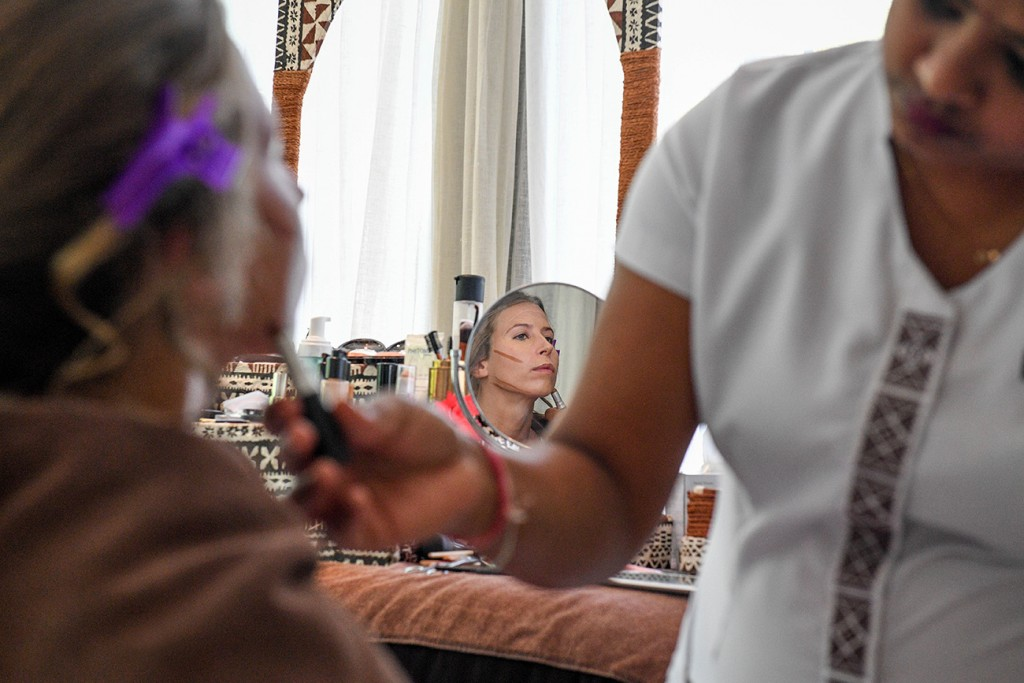 A reflection of the bride having contour makeup lines