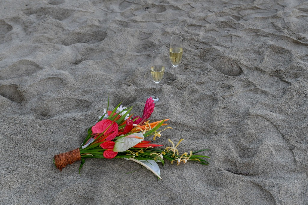Bouquet champagne and footprints in the sand